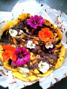 veganistisch taartje met eetbare bloemen